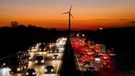 Wohin soll das Geld gehen? Jakob Blasel sagt: in die Zukunft. Zum Beispiel in die Windkraft.