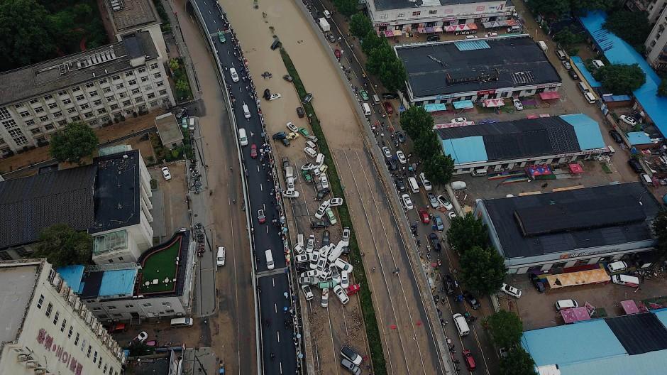 So viel Niederschlag wie noch nie: weggeschwemmte Autos am Eingang eines Tunnels am 22. Juli in Zhengzhou