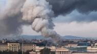 Eine dicke Rauchsäule über dem Parlament der Republik Österreich.