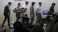 Mitglieder der Pro-Peking-Partei DAB haben sich auf einer Pressekonferenz für ihre Wahlniederlage in Hongkong entschuldigt.