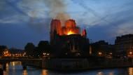 Der Bereich um die brennende Kathedrale wurde weiträumig abgesperrt.