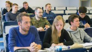Heikles Manöver Privatwirtschaft: Studierende der Luft- und Raumfahrttechnik an der Bundeswehr-Universität Neubiberg.
