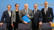 Die fünf Weisen: Volker Wieland, Isabel Schnabel, Vorsitzender Christoph M. Schmidt, Lars Feld und Peter Bofinger