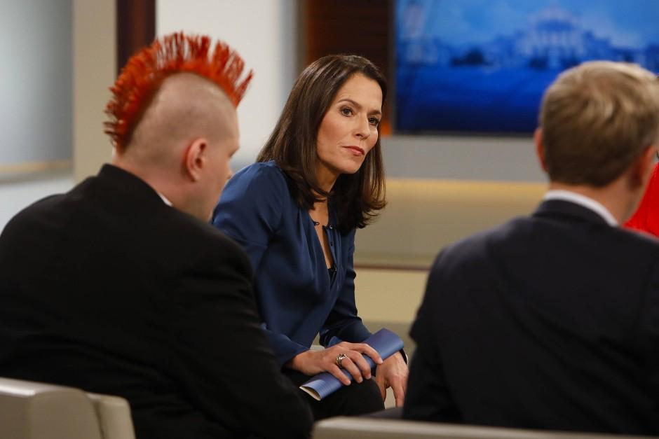 """Anne Will diskutiert mit ihren Gästen (hier Sascha Lobo und Christian Lindner) die """"Zukunft der Arbeit""""."""