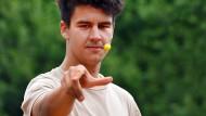 Abflug: Die erste Murmel wirft der Södeler Spieler Ron Yücel aus der Luft.