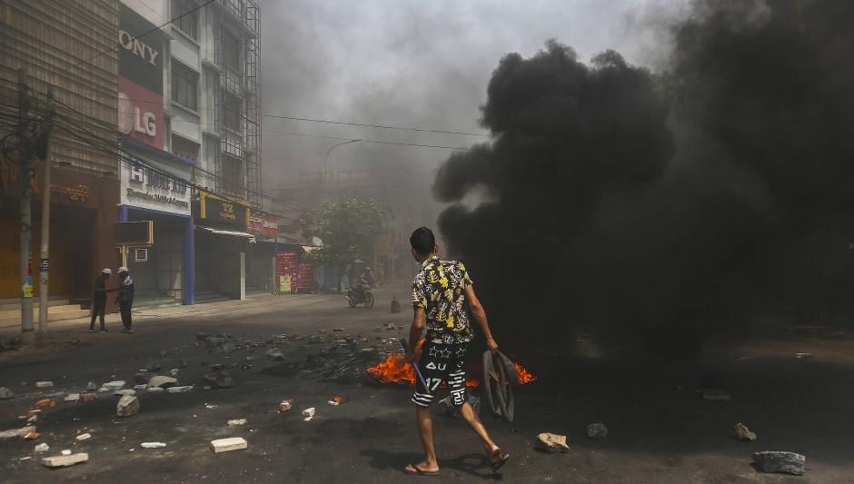 Brände während der Proteste gegen die Militärherrschaft am 1. April in Mandalay, Myanmar