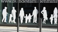 Figuren von Menschen in verschiedenem Alter sind auf dem Gebäude des Bundesministeriums für Familie, Senioren, Frauen und Jugend aufgeklebt.