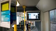 """Moderne Technik: Informationsbildschirme sind nur ein Zusatz-""""Feature"""", mit dem die """"smarte Tram"""" ausgerüstet ist."""