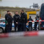 Polizisten stehen am Tatort in Hattersheim am Main, wo am Freitag drei Leichen gefunden wurden.