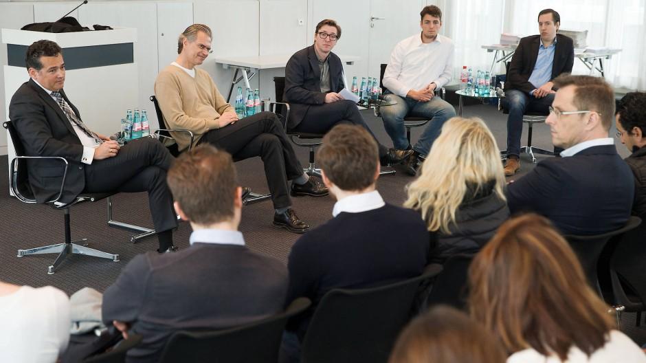 Volles Haus: Oliver Schwebel von der Wirtschaftsförderung Frankfurt, Business-Angels-Vorsitzender Andreas Lukic, F.A.Z.-Redakteur Falk Heunemann sowie die Gründer Matthias Kramer von Lizza und Lars Reiner von Ginmon (von links) diskutieren über die Standortbedingungen für Gründer in Frankfurt.