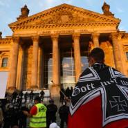 Ein Rechtsradikaler vor dem Reichstagsgebäude in Berlin