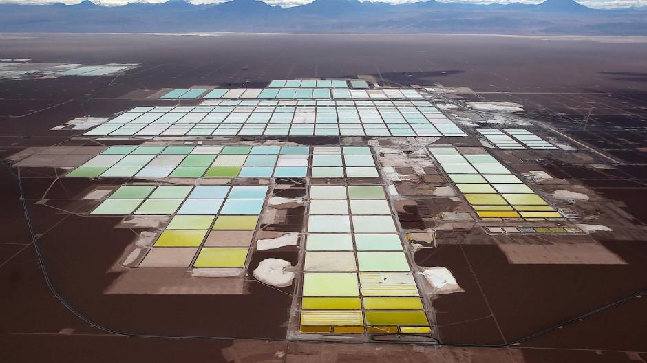 Lithium-Abbau in der Atacama-Wüste im Norden Chiles am Uyuni-Salzsee in Bolivien (unten)