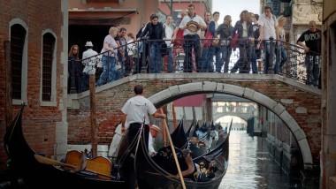 Die Touristen dürfen auch weiterhin ihre Trolleys durch Venedig ziehen
