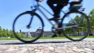 Hartes Pflaster: In Wiesbaden, hier vor dem Kurhaus, läuft für Radfahrer noch längst nicht alles glatt.