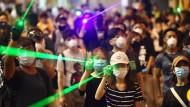 Demonstranten und Anwohner vor einer Polizeistation am Mittwochabend