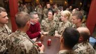 Thomas de Maizière im Gespräch mit deutschen Soldaten in Afghanistan