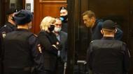 Umringt von Sicherheitskräften: Alexej Nawalnyj (rechts) und seine beiden Anwälte am Dienstag im Moskauer Stadtgericht.