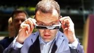 """Beim Besuch der """"Cube-Tech-Fair""""-Messe setzt Gesundheitsminister Jens Spahn am Stand von Bayer eine Augmented Reality-Brille auf."""