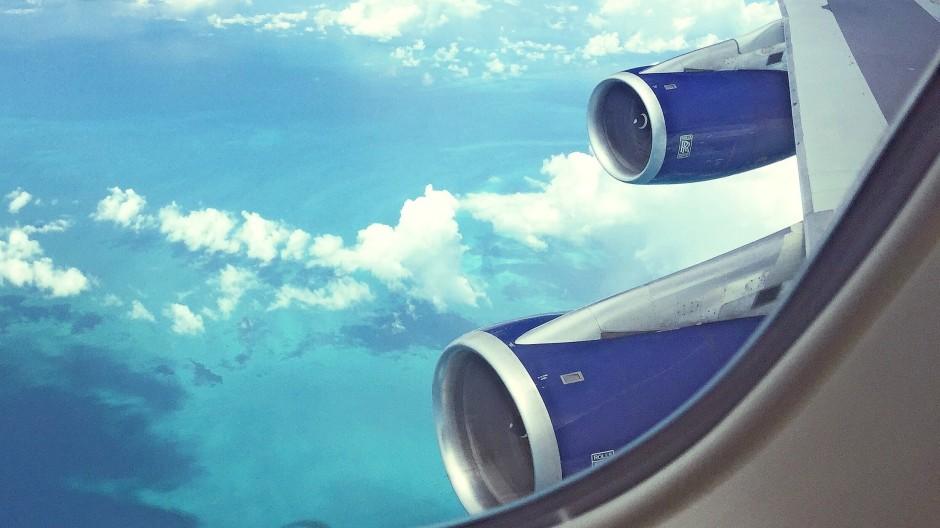 Die werden ja wohl nicht schlappmachen: Triebwerke, durch das Fenster eines Passagierflugzeugs fotografiert