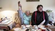 An den Spagat wagt sie sich seit zwei Jahren nicht mehr, ein Bein zu strecken, klappt aber noch prima: Ruth Bicklehaupt und ihr Enkel Axel Ranisch beim Gespräch im Wohnzimmer der Großmutter.