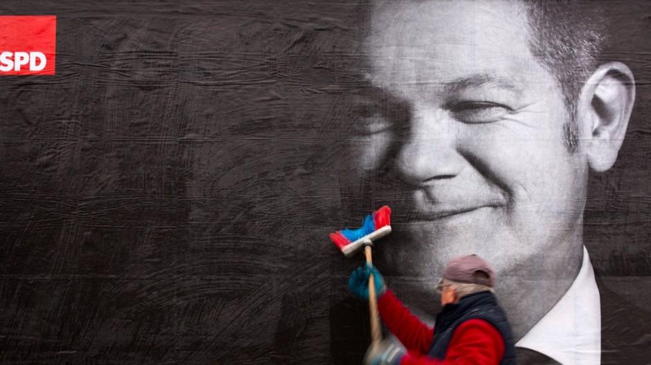 Bildnis eines präsidialen Wahlkampfs: Scholz wird in Hamburg angeklebt.