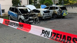 Drei Polizeiautos brennen vor Präsidium ab