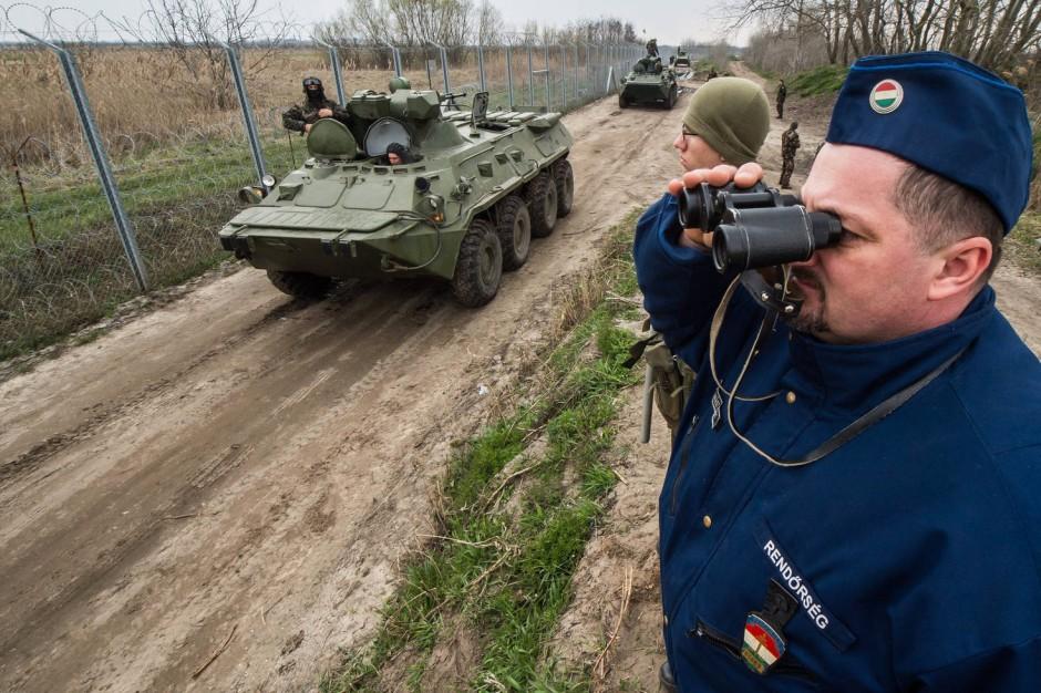 Die ungarische Polizei kontrolliert den provisorischen Zaun, der an der serbisch-ungarischen Grenze errichtet wurde