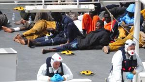 Flüchtlingsschiff mit 300 Menschen in Seenot