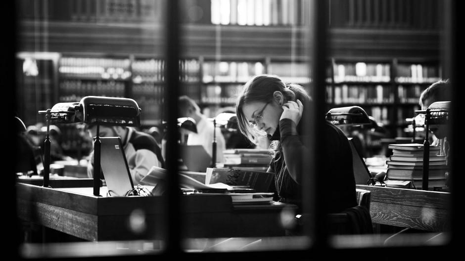 Lesen muss nicht immer gleich forschen sein: Studentin in der Leipziger Nationalbibliothek