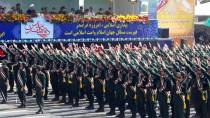 Die Revolutionsgarde, eine Eliteeinheit des iranischen Militärs, bei einer Parade vor dem Präsidenten Rohani