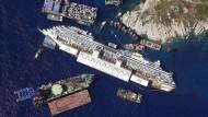 Das Kreuzfahrtschiff Costa Concordia bei der Bergungsaktion vor der italienischen Insel Giglio