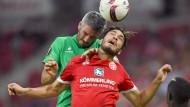 Vorsicht, Hintermann! Der Mainzer Suat Serdar bekommt die Abwehrkraft des Franzosen Loic Perrin zu spüren.
