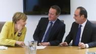 Merkel mit dem britischen Premierminister, David Cameron, und dem französischen Präsidenten François Hollande während des Gipfels in Brüssel