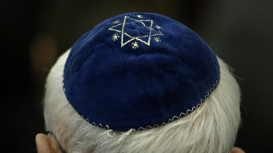 Ein Mann trägt in der Synagoge in Mainz eine Kippa, 27. Januar 2011.