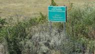 Stacheldraht, Schild – fertig ist die Grenze: eine Demarkationslinie in Georgien