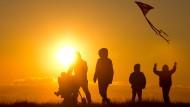 Familie bei Sonnenuntergang an der Nordsee