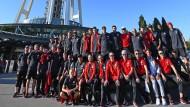 Runde Sache: Die Eintracht.Delegation am Space Needle in Seattle.