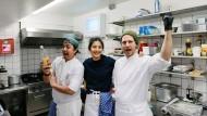"""Ein Hoch auf die thailändische Küche: Dalad Kambhu (Mitte) mit ihrem Team im Restaurant """"Kin Dee""""."""