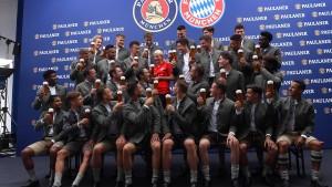 Bayern-Kicker tauschen Trikots gegen Trachten