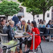Gefüllte Restaurants in Frankfurt Ende Mai – doch welche Kontakte sollte man pandemietaktisch besonders pflegen?