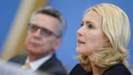 Bundesfamilienministerin Manuela Schwesig, im Hintergrund Innenminister Thomas de Maiziere.