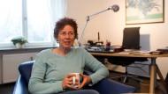 Steht im Mittelpunkt einer politischen Diskussion: die Ärztin Kristina Hänel in ihrer Praxis in Gießen