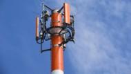 Ein Sendemast mit verschiedenen Antennen für den Mobilfunk steht in Stralsund.