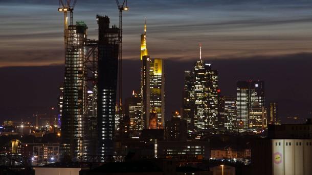 Die Frankfurter Skyline mit EZB-Baustelle in der Abenddämmerung vom Hotel Golden Tulip Kaiserlei aus gesehen.