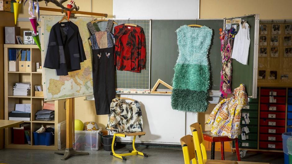 Verschiedene Designer wie William Fan oder Kilian Kerner haben Kleidungsstücke aus ihrer frühen Zeit geschickt.