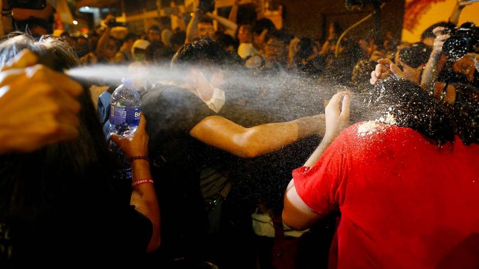 Die Polizei in Hongkong geht mit Pfefferspray gegen die Demonstranten vor.