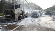 Ausgebrannte Fahrzeuge zwischen Theesen und Ziesar.