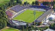 Nicht ganz im Abseits: Das Böllenfalltor-Stadion ist auf Dauer zwar nicht bundesligatauglich, Heimat von Darmstadt 98 soll es aber bleiben.