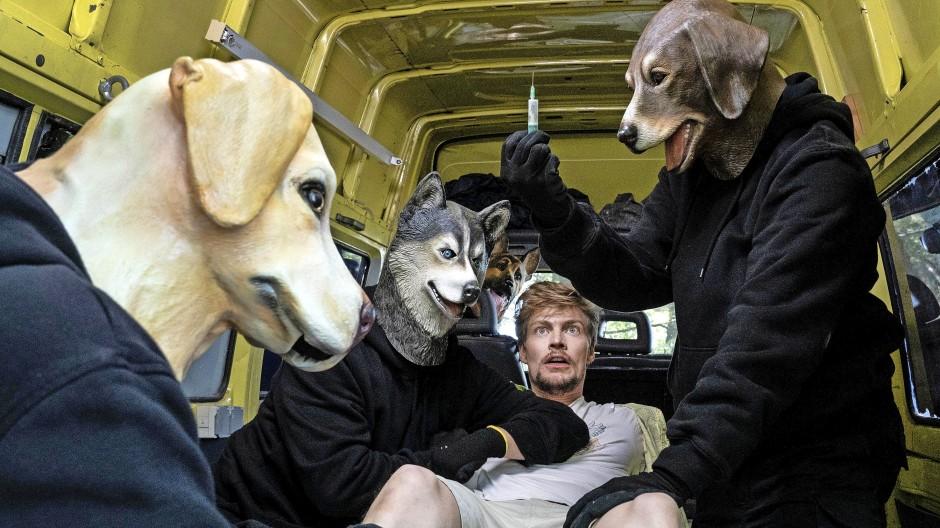 Eben noch beim Abschlag, jetzt schon auf den Hund gekommen: Frederick Seibold (Helgi Schmid, Mitte) unter Tierfängern