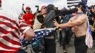 Schlägereien zwischen Anhängern und Gegnern von Trump